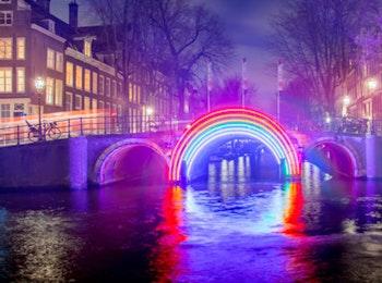Beleef een sfeervolle en gezellige avond tijdens de Amsterdam Light Cruise