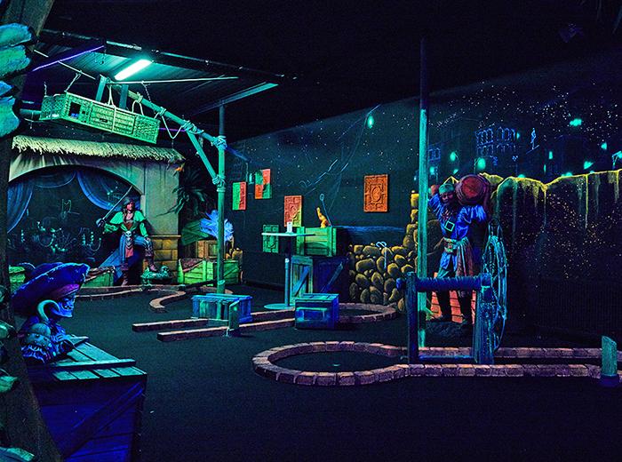 Speel een potje Glow Minigolf bij Aloha in Amsterdam!
