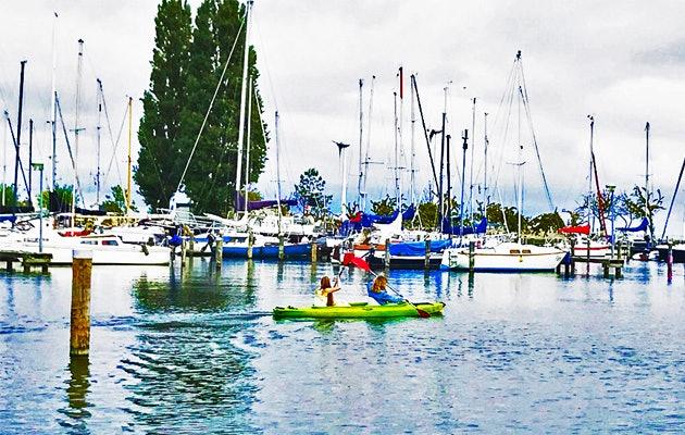 Kanoën door de wateren van het EuroParcs Resort Poort van Amsterdam