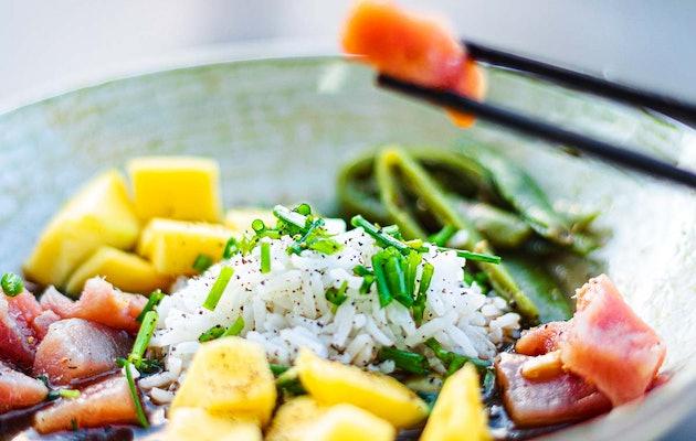 Poké Bowl of salade + smoothie bij Fit Food Store Leiden