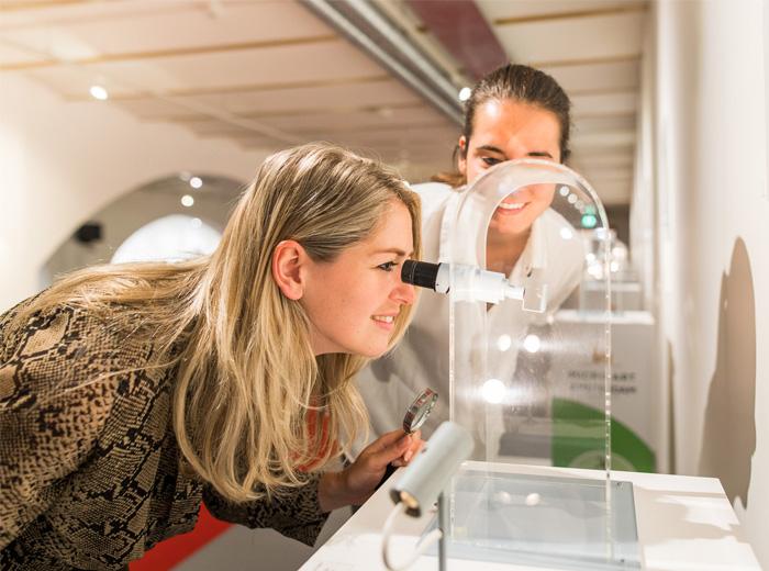 Bewonder de kleinste kunstwerken bij Micro Art Amsterdam