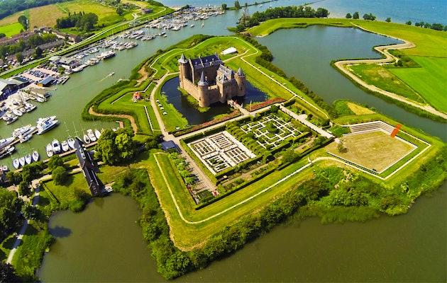Ga ruim 700 jaar terug in de tijd in het middeleeuwse kasteel Muiderslot