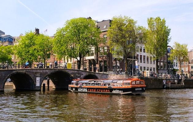 Verken de bruisende stad Amsterdam tijdens een uur durende rondvaart