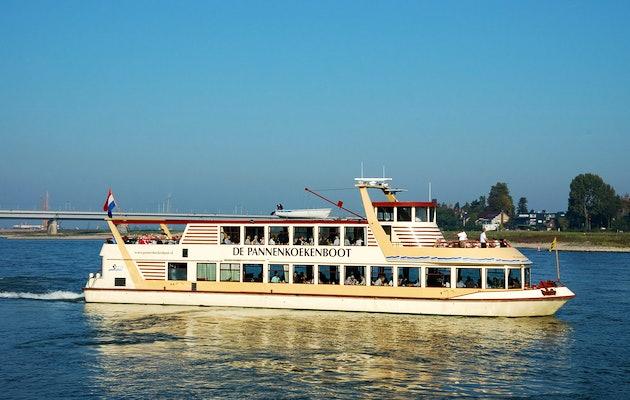 Onbeperkt pannenkoeken eten tijdens een rondvaart met de Pannenkoekenboot