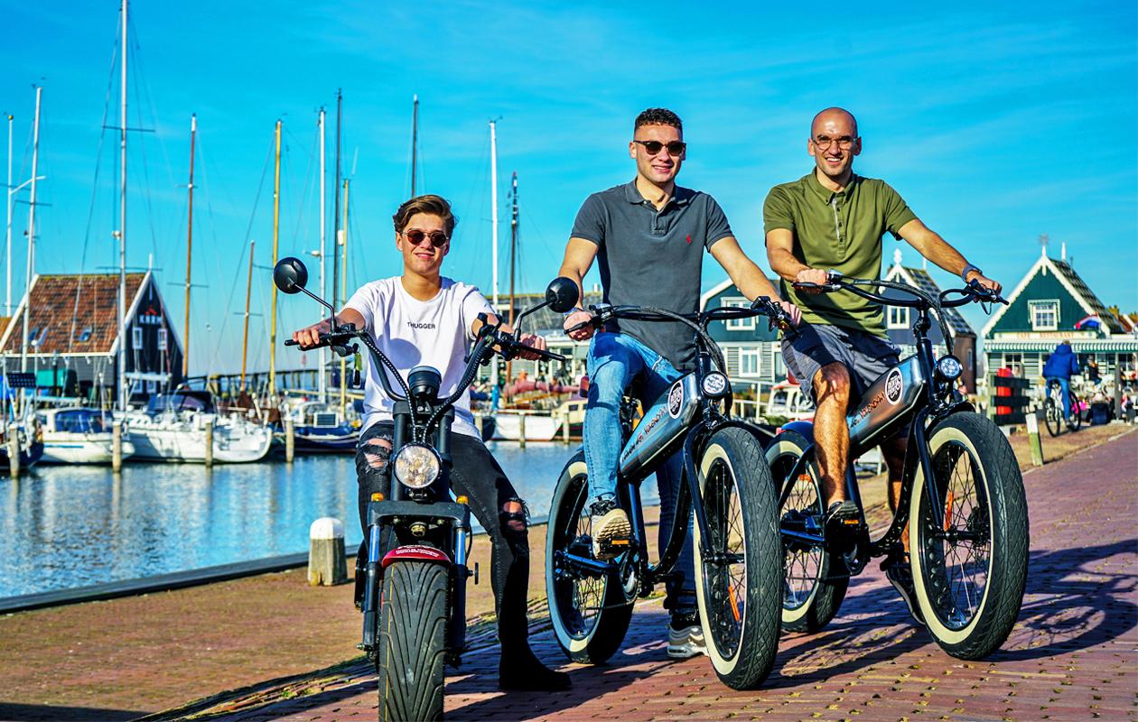 Korting Touren met een e scooter, inclusief boottocht en foto in klederdracht Volendam