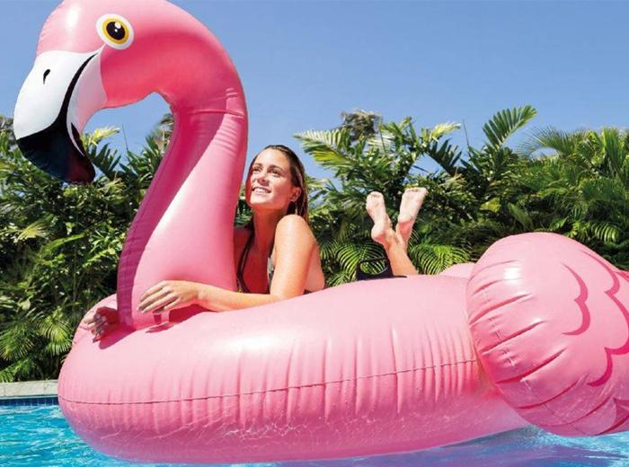Korting Dobber heerlijk rond op deze mega opblaasbare flamingo